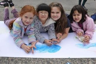 children_4_girls_paint_dsc_0090_cropped_0.jpg